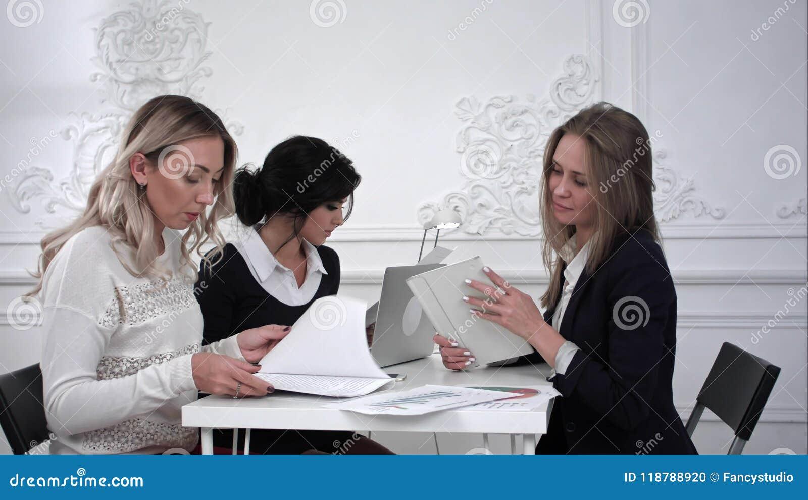 Ομάδα νέων επιχειρησιακών γυναικών που εργάζονται με την ταμπλέτα σε μια συνεδρίαση στο γραφείο