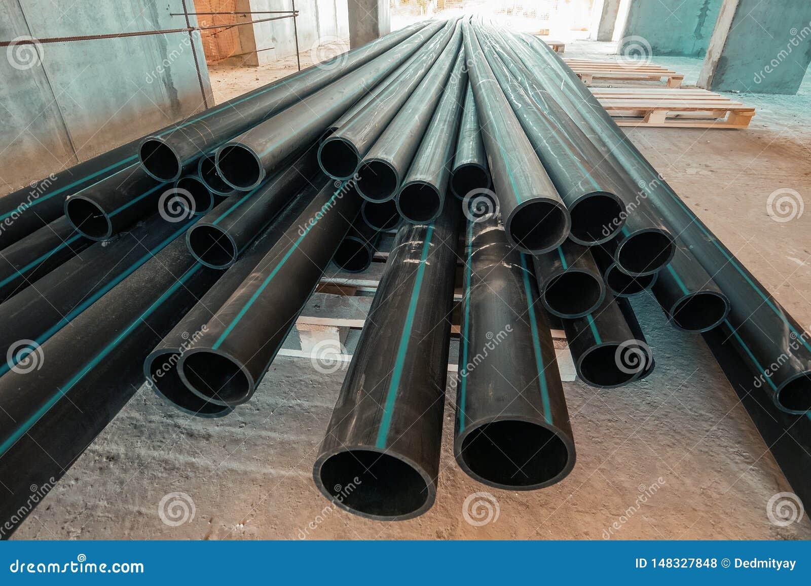 Ομάδα νέων πλαστικών σωλήνων ή σωλήνων στο εργοτάξιο οικοδομής