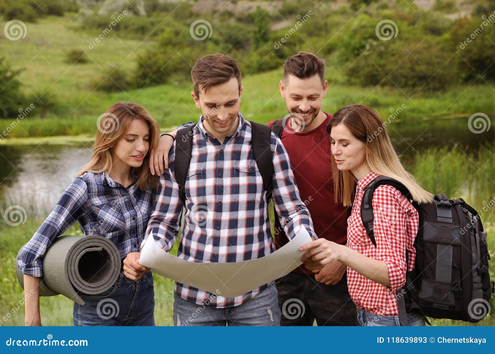 Ομάδα νέων που εξερευνούν το χάρτη στην αγριότητα