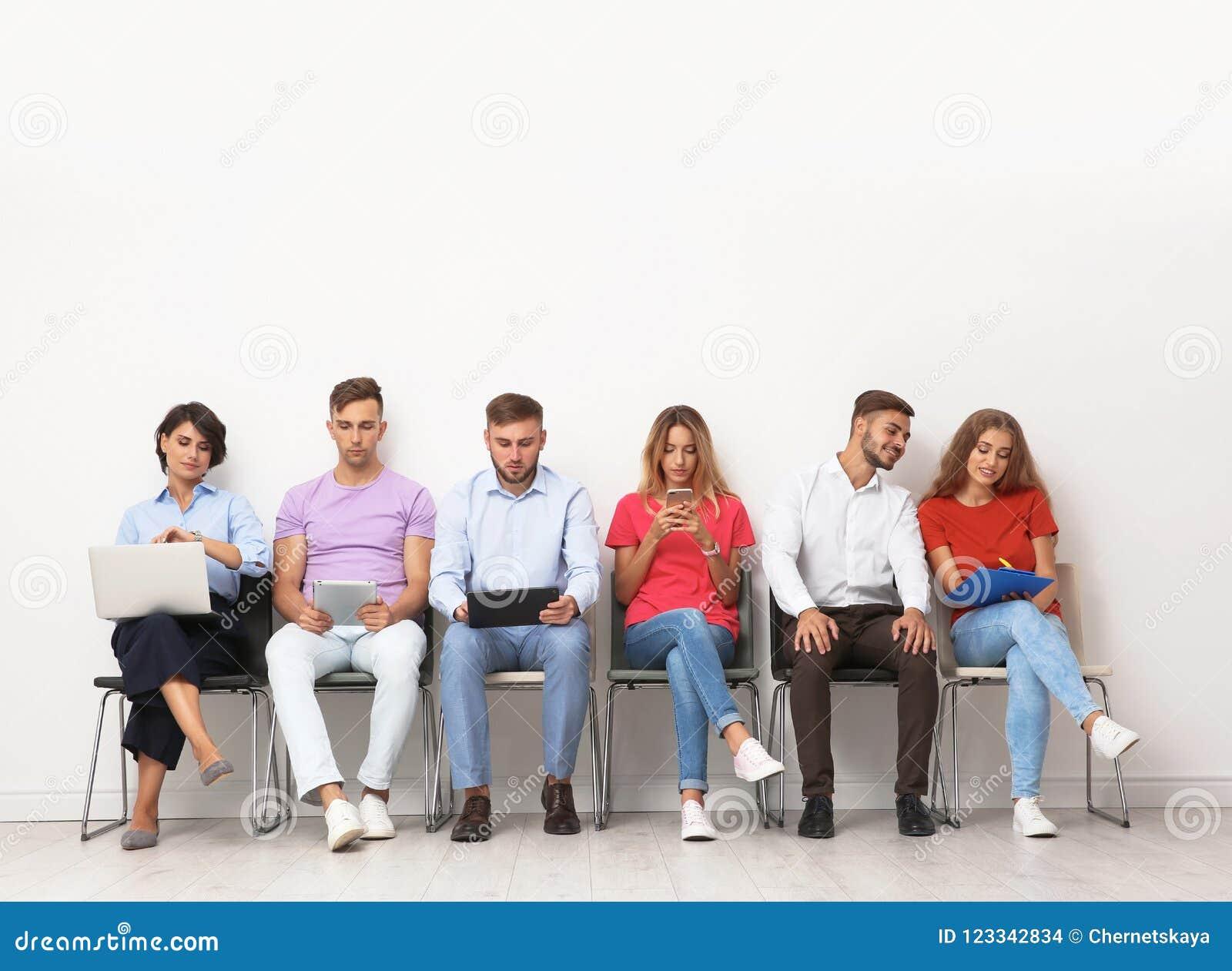 Ομάδα νέων που περιμένουν τη συνέντευξη εργασίας
