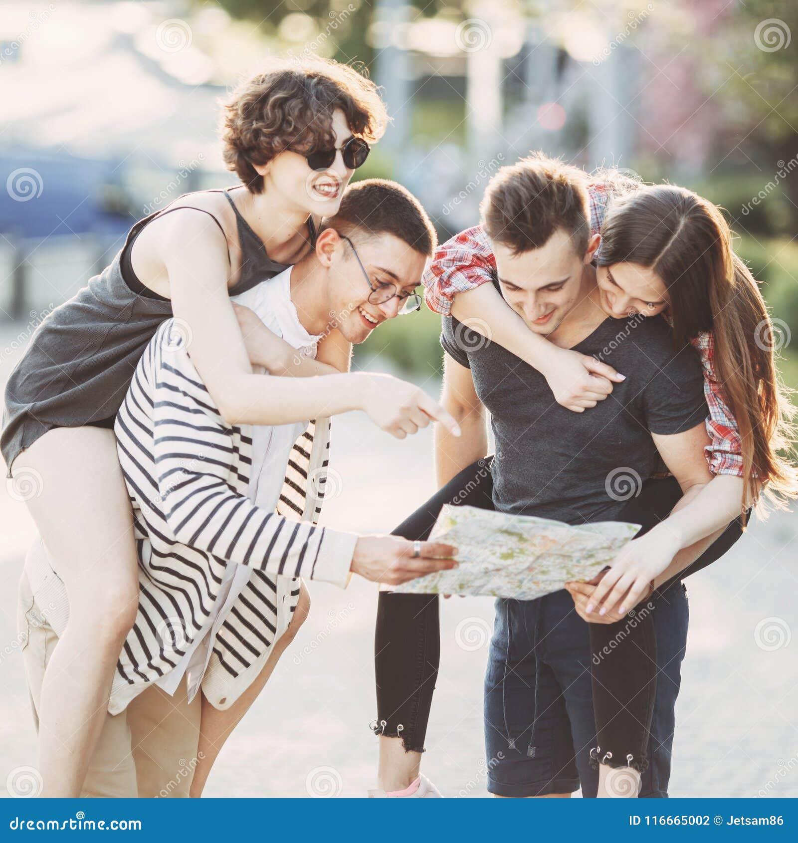 Ομάδα νέων που προγραμματίζουν τις διακοπές που χρησιμοποιούν το χάρτη