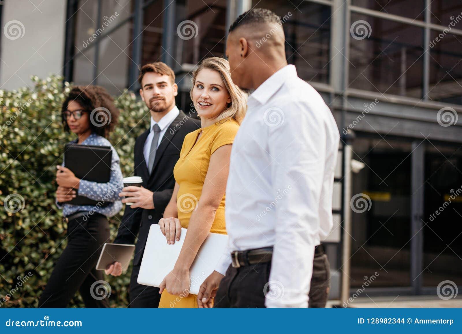 Ομάδα πολυ-εθνικών επιχειρηματιών που ξυπνούν έξω από το γραφείο buil
