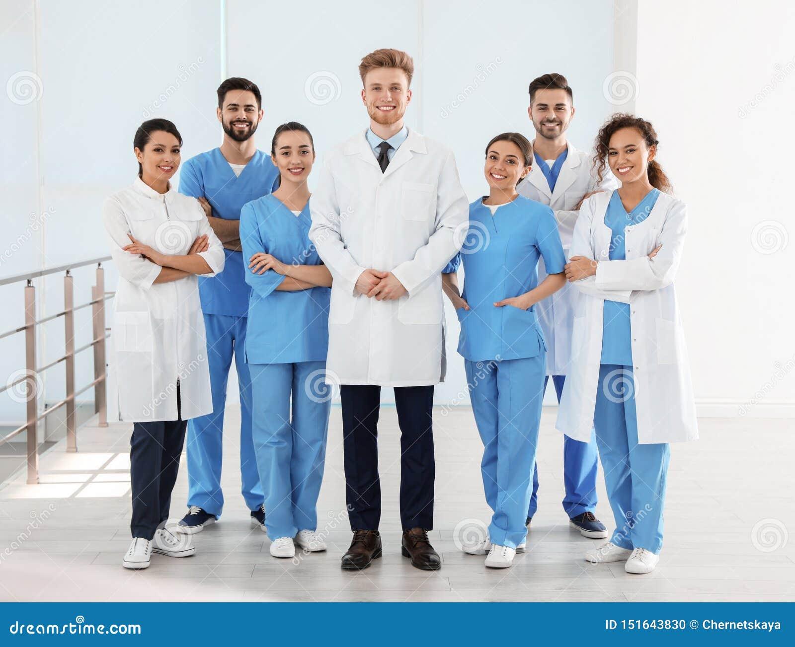 Ομάδα των ιατρικών εργαζομένων στο νοσοκομείο