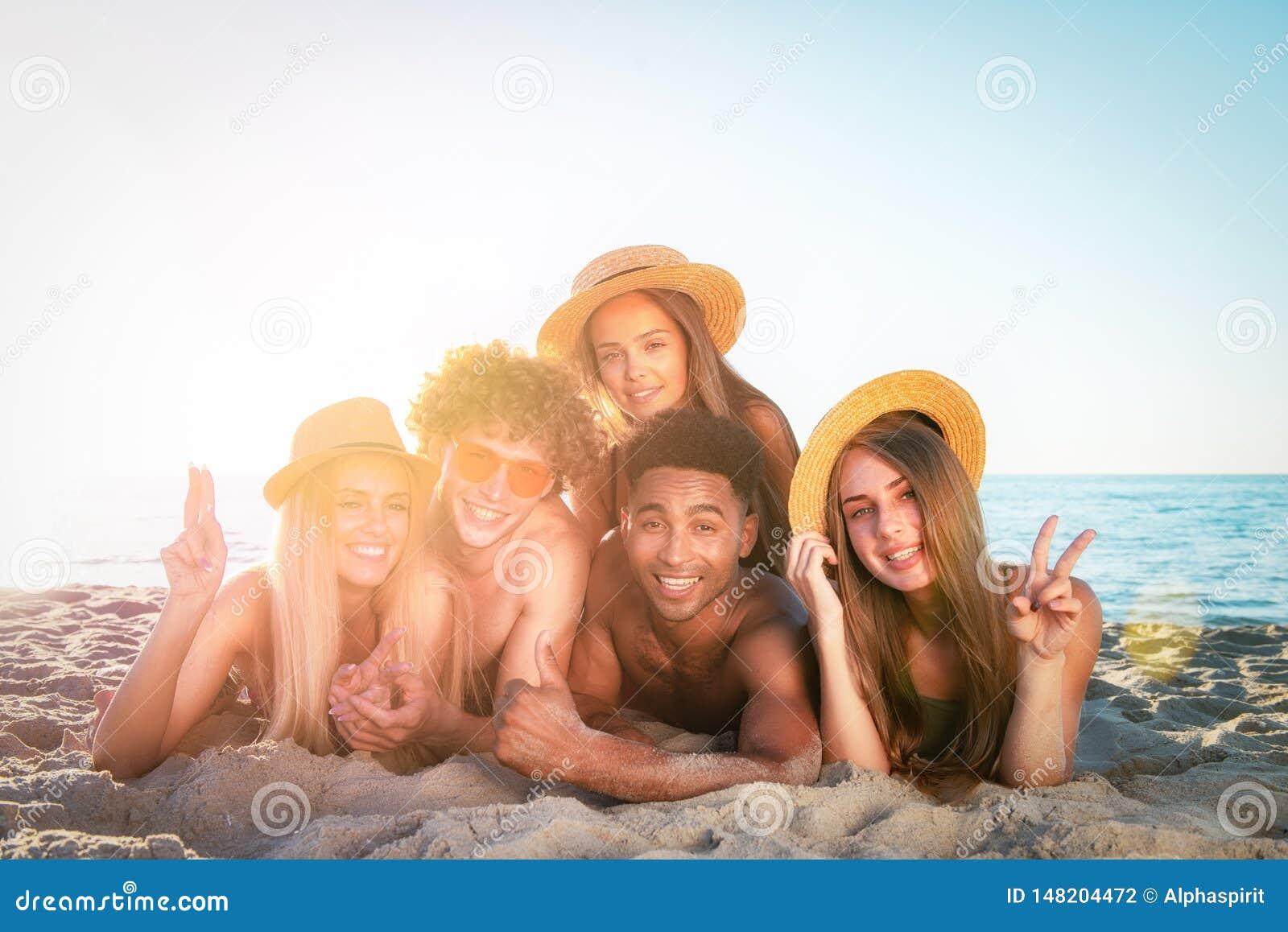 Ομάδα φίλων που έχουν τη διασκέδαση στην παραλία