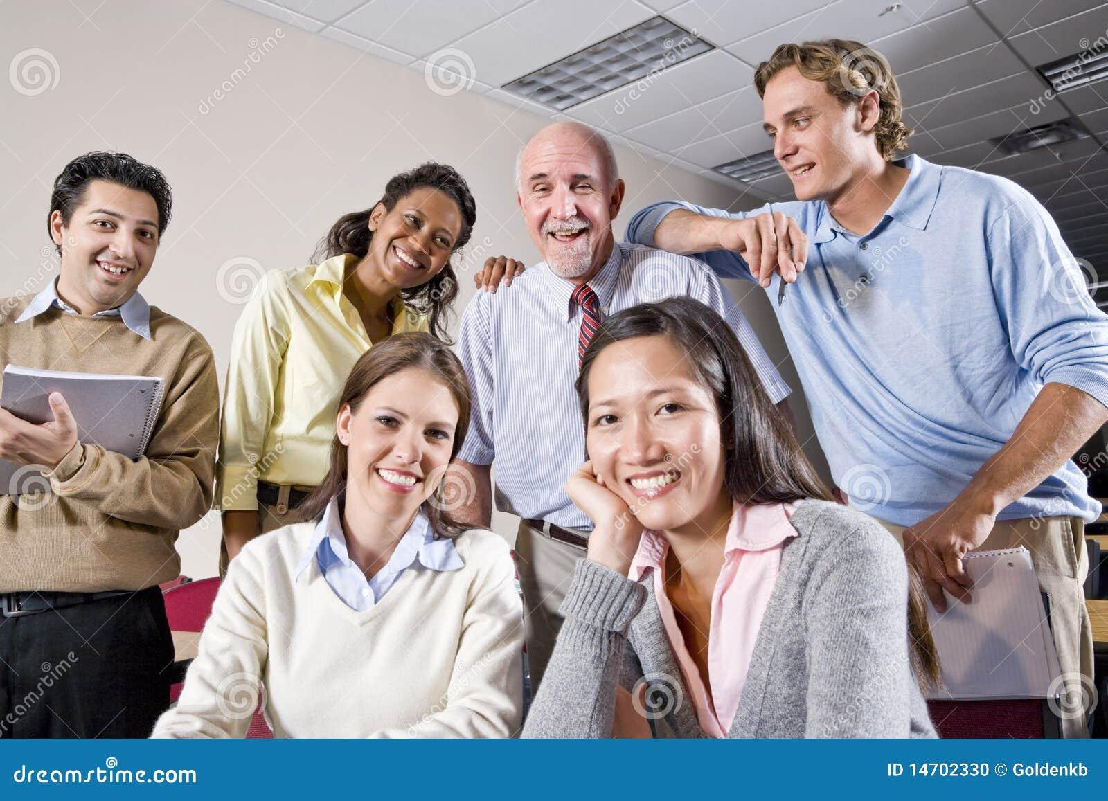 Ομάδα φοιτητών πανεπιστημίου και δασκάλου στην κλάση
