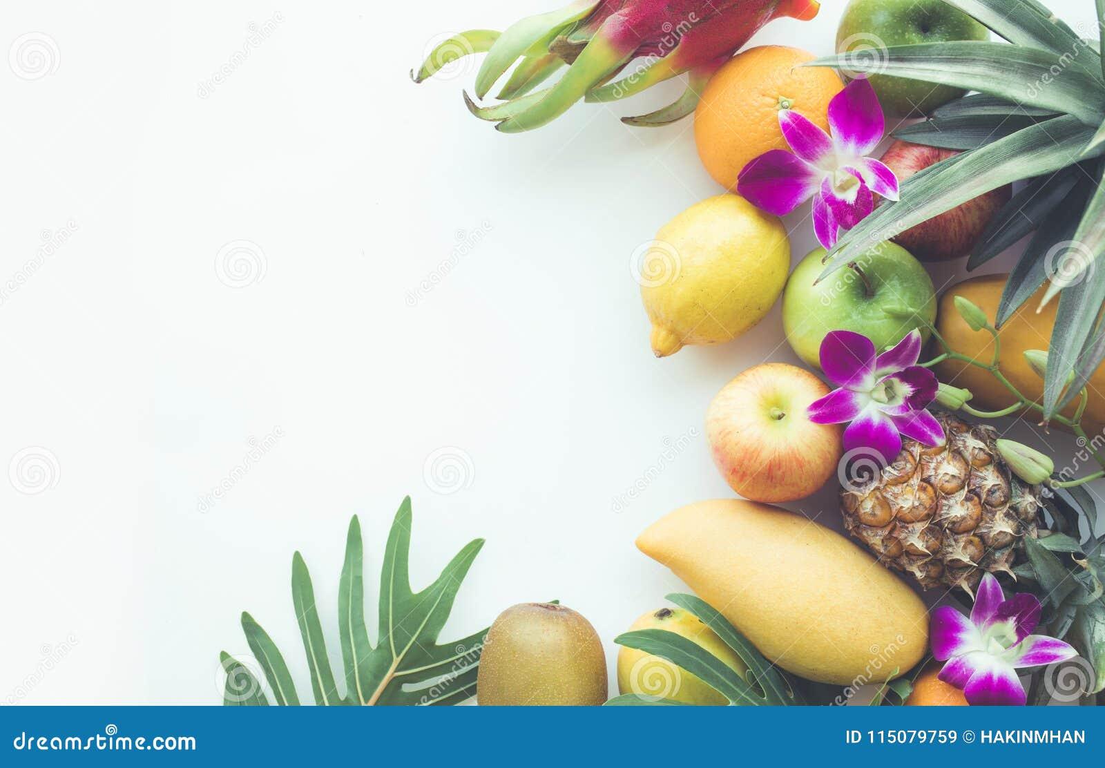 Ομάδα φρούτων στο άσπρο διάστημα