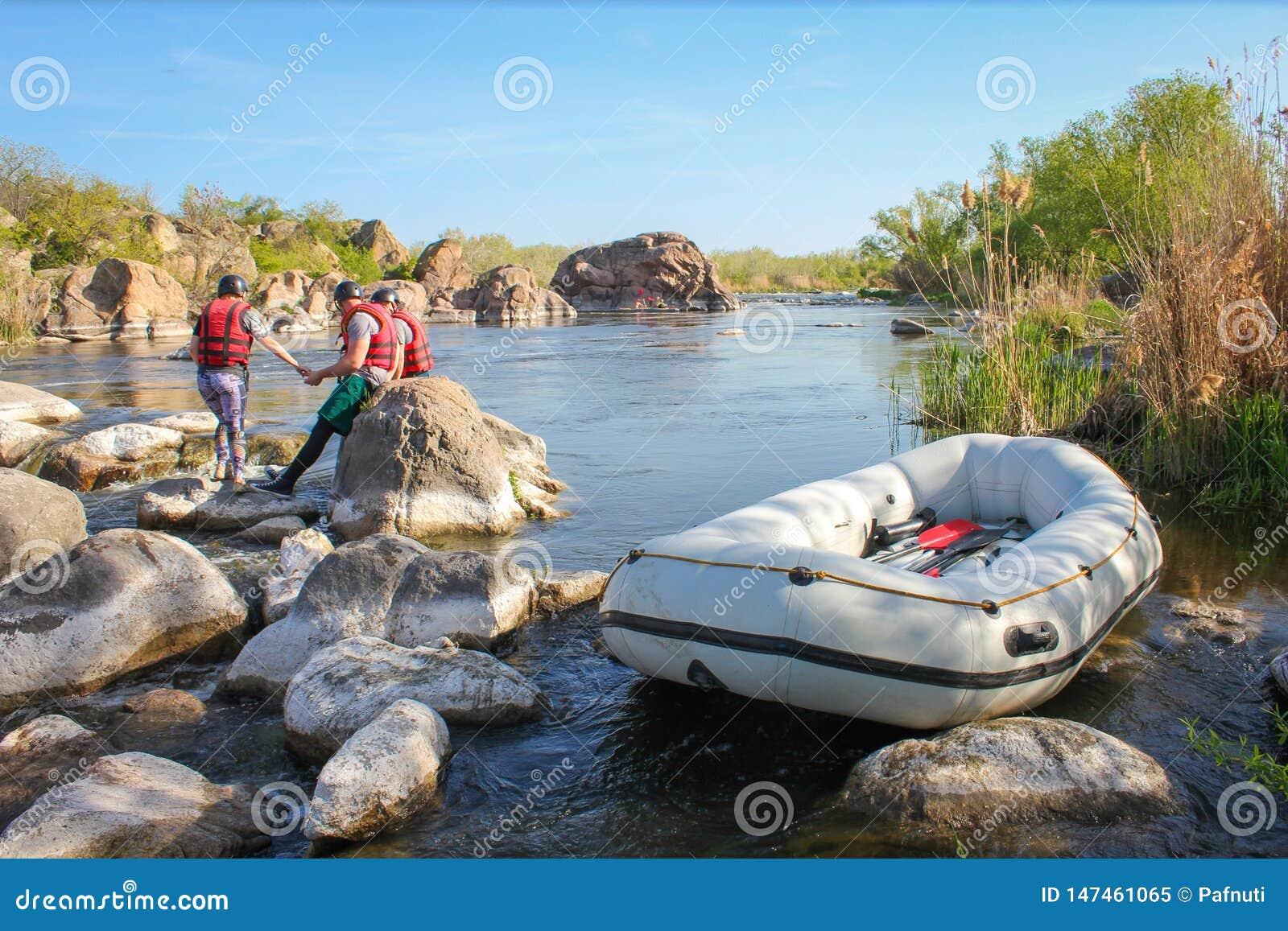 Ομάδα Rafting, αθλητισμός θερινού ακραίος νερού Ομάδα ανθρώπων σε μια rafting βάρκα, όμορφος γύρος αδρεναλίνης κάτω από τον ποταμ
