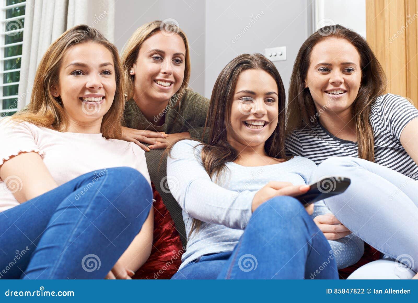 Ομάδα έφηβη που προσέχουν τη TV στο σπίτι από κοινού
