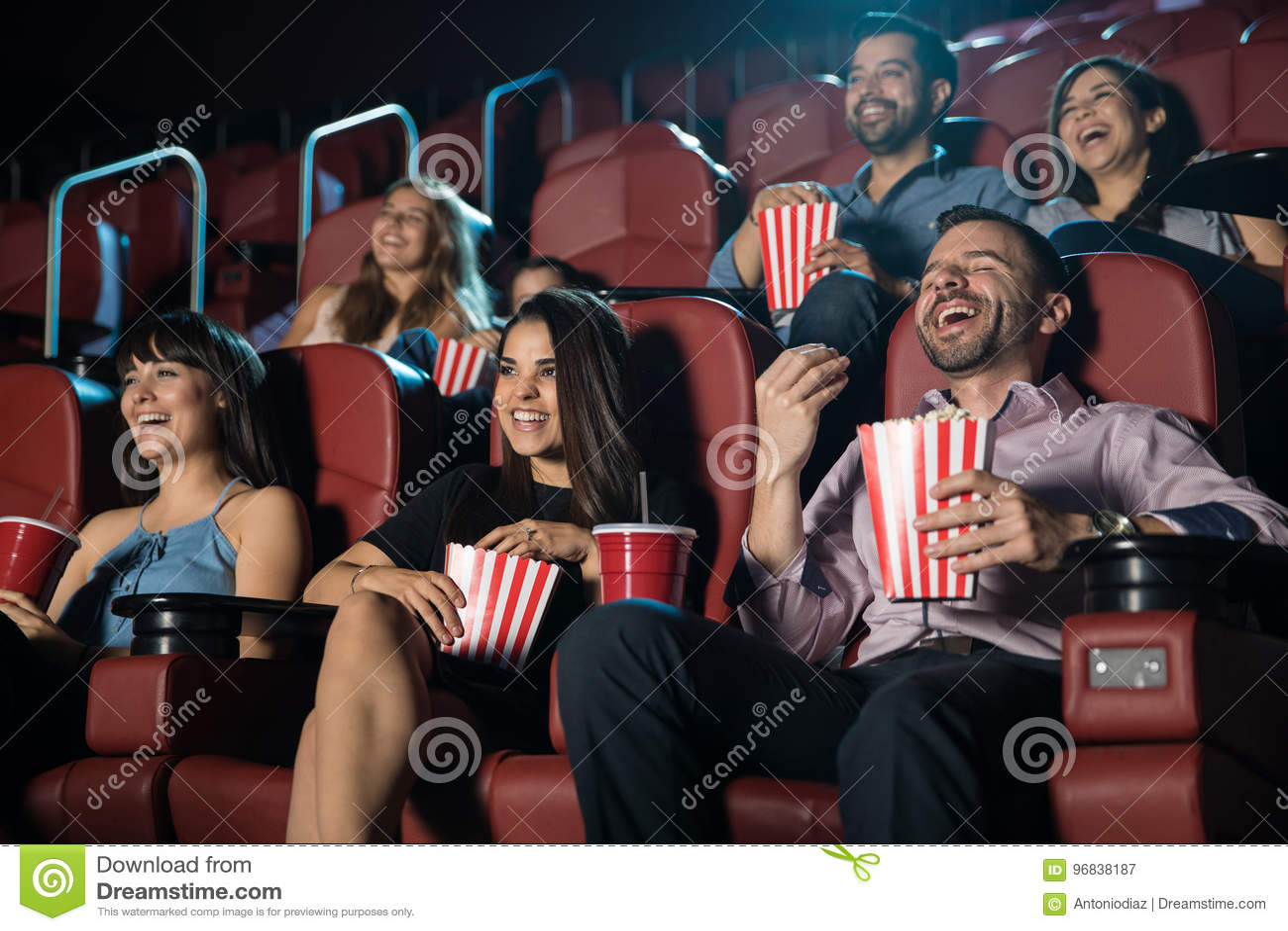 Ομάδα ανθρώπων που γελά στη κινηματογραφική αίθουσα