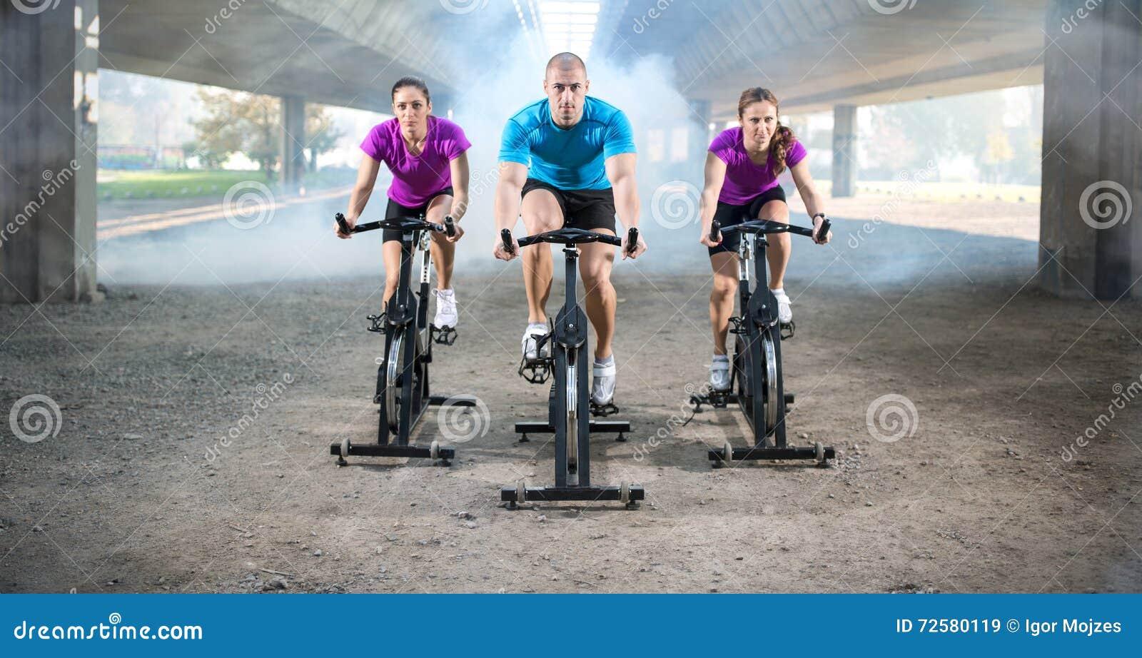 Ομάδα ανθρώπων που κάνει την περιστροφή στο ποδήλατο κύκλων