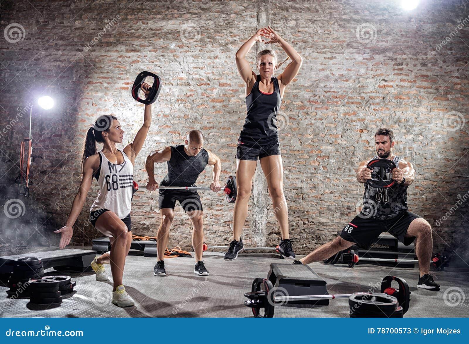 Ομάδα ανθρώπων που κάνει τη διαφορετική άσκηση