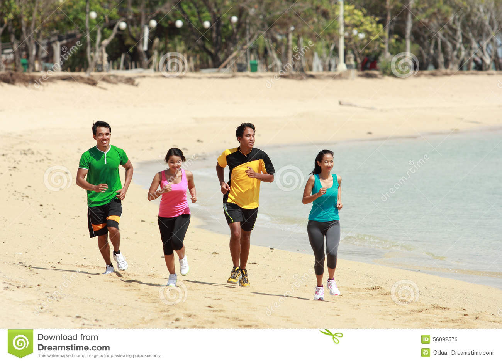 Ομάδα ανθρώπων που τρέχει στην παραλία, αθλητική έννοια