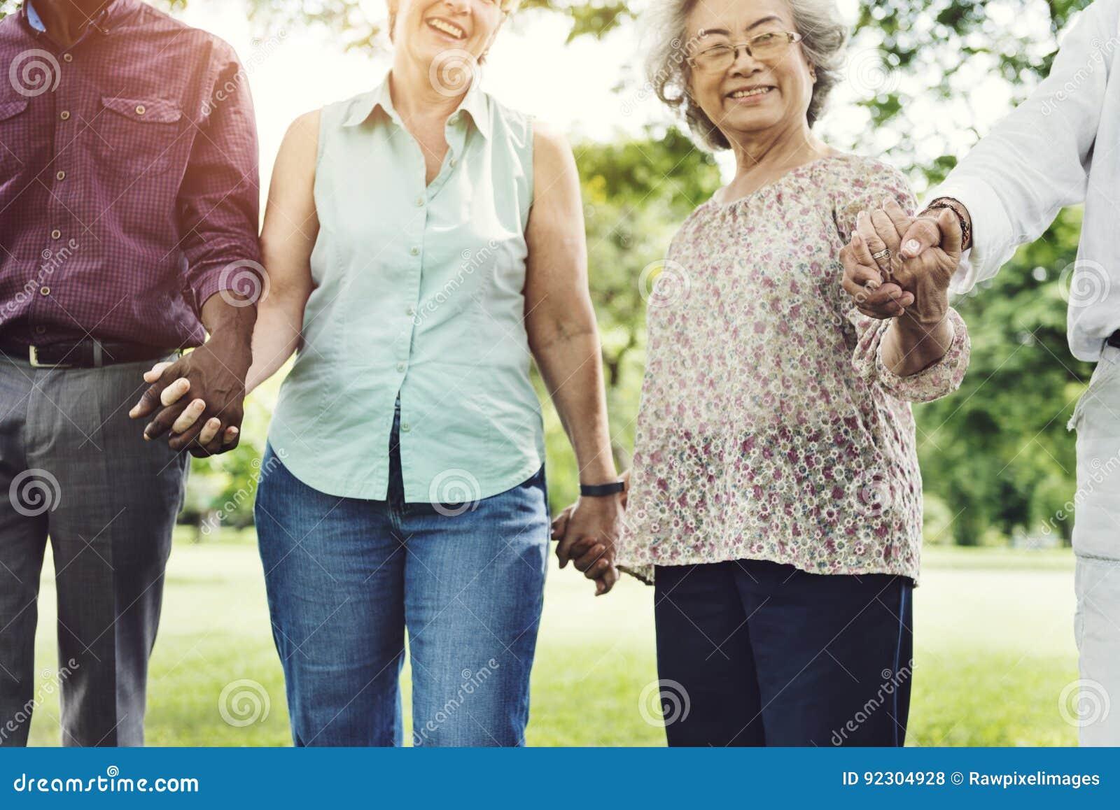 Ομάδα ανώτερης έννοιας ευτυχίας φίλων αποχώρησης