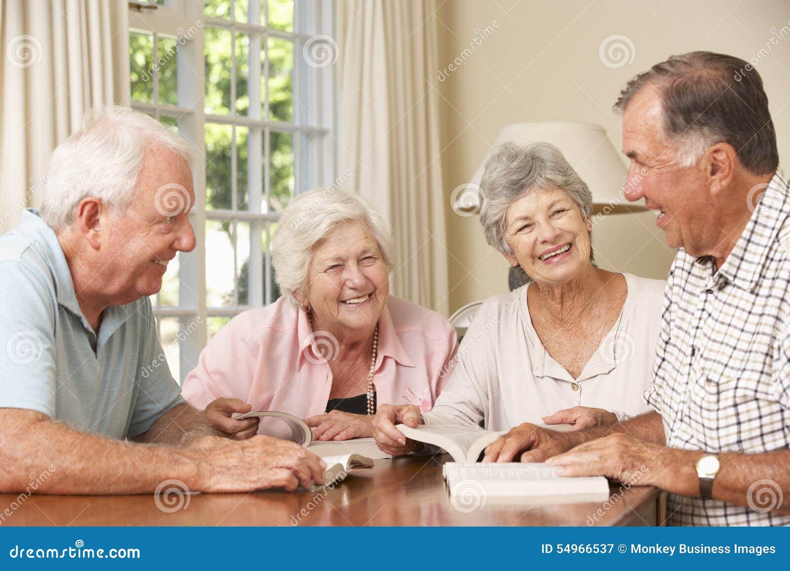 Ομάδα ανώτερων ζευγών που παρευρίσκονται στην ομάδα ανάγνωσης βιβλίων