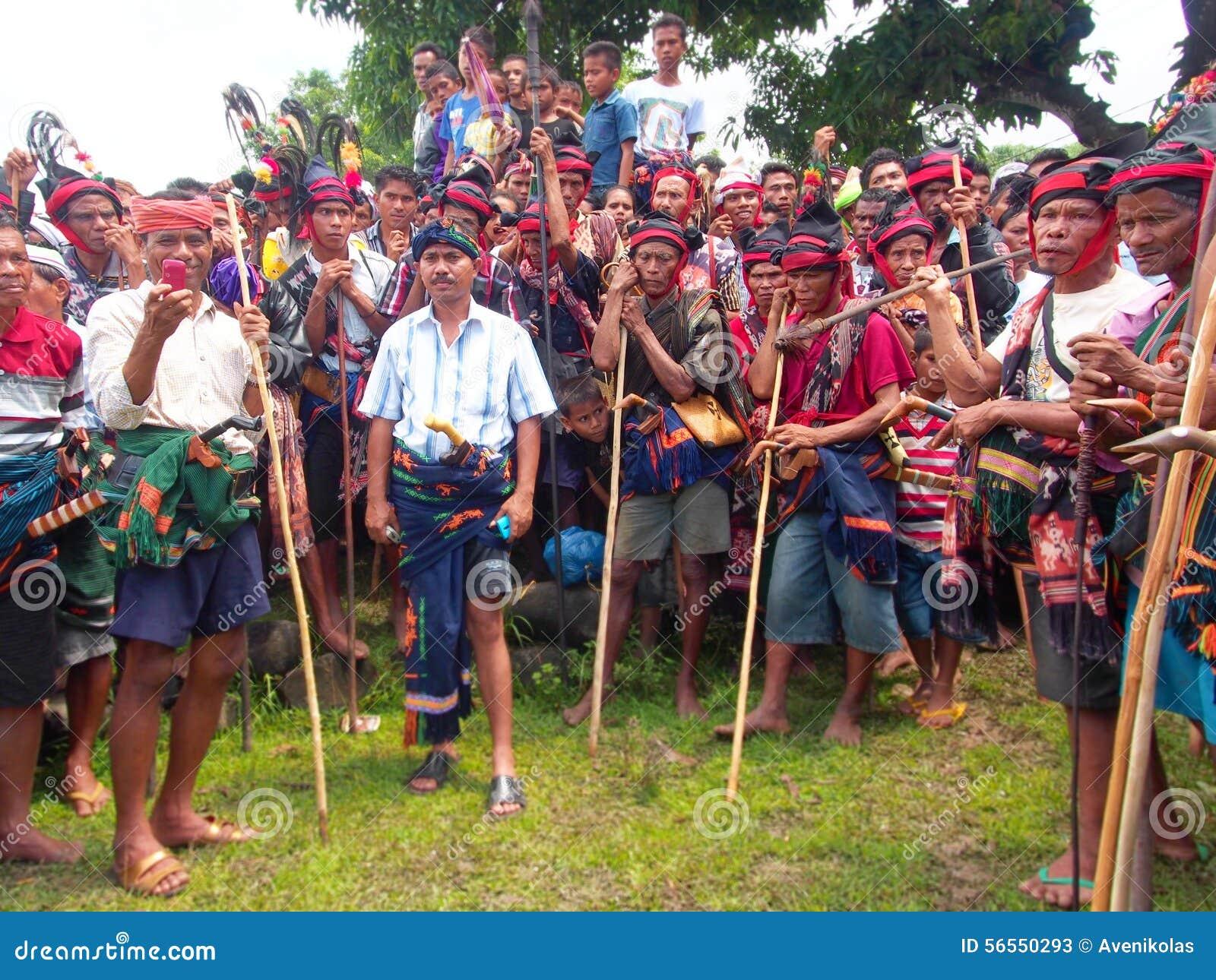 Download Ομάδα ατόμων Sumbanese κατά τη διάρκεια του φεστιβάλ Pasola Εκδοτική Στοκ Εικόνες - εικόνα από άτομο, καπέλο: 56550293