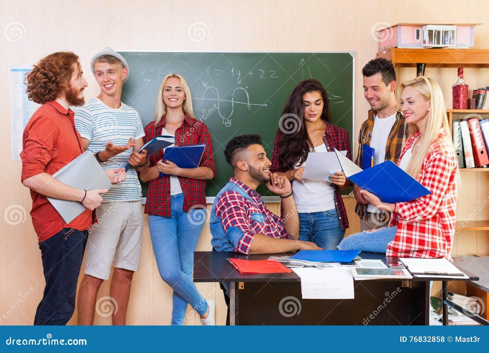 Ομάδα γυμνασίου σπουδαστών που συζητά την πανεπιστημιακή τάξη, περιστασιακή επικοινωνία νέων