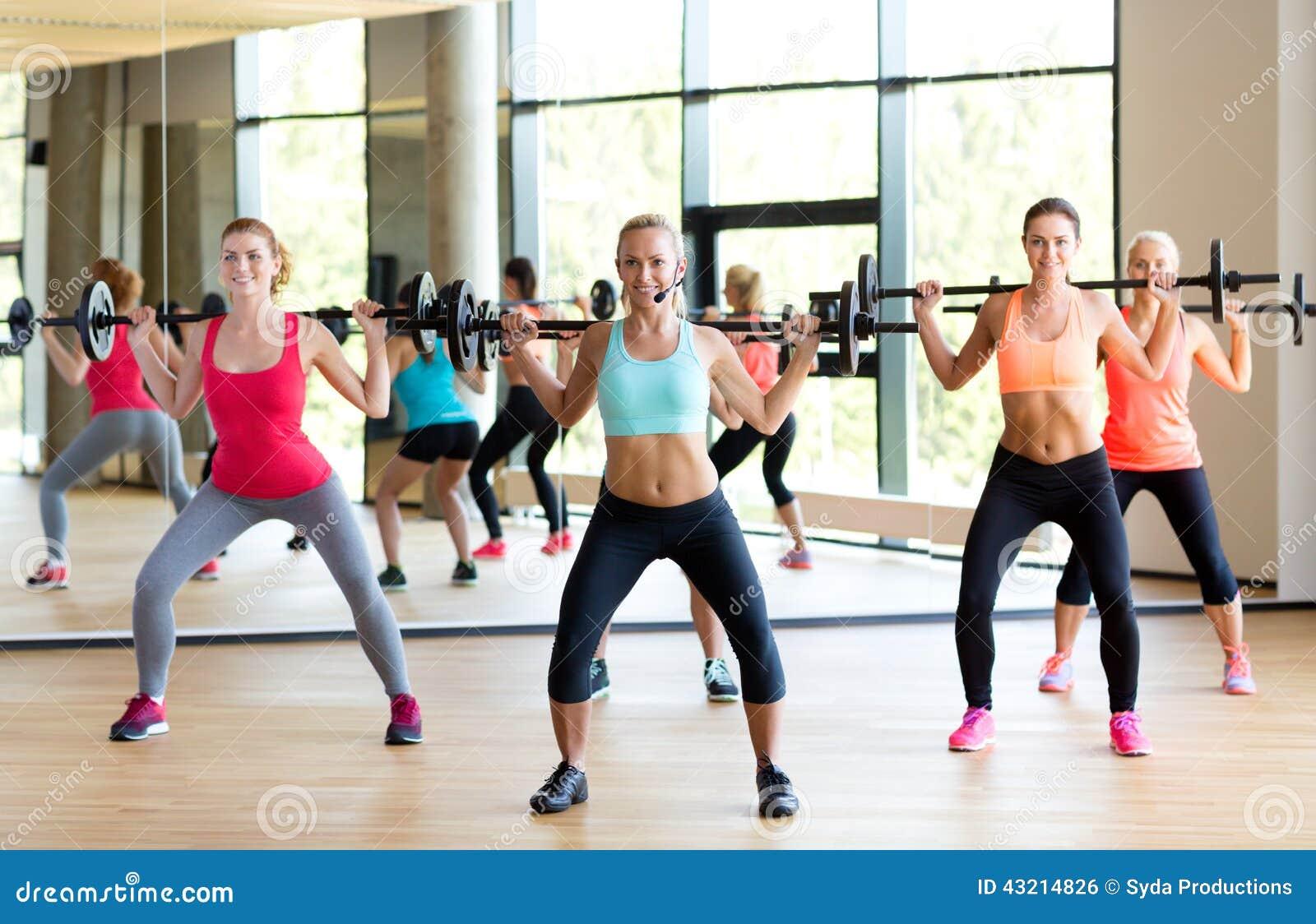 Ομάδα γυναικών με τα barbells στη γυμναστική