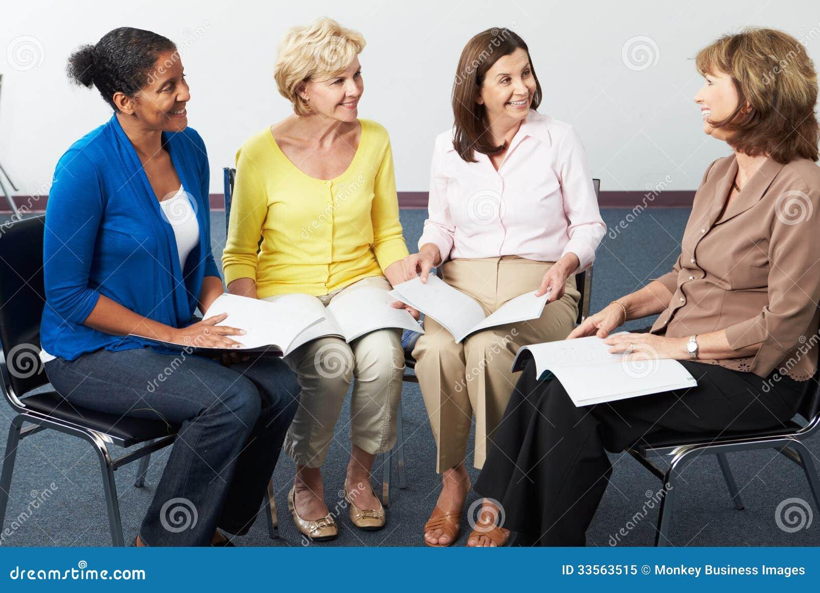 Ομάδα γυναικών στη λέσχη βιβλίων