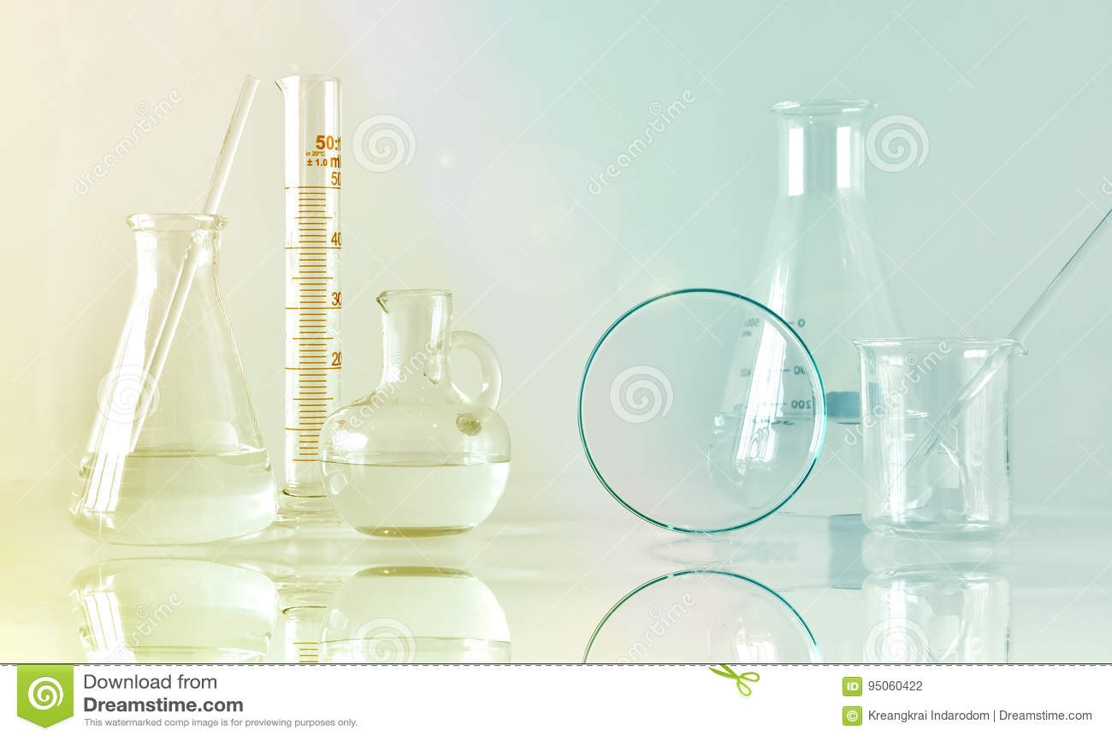 Ομάδα επιστημονικών εργαστηριακών γυαλικών με τη σαφείς υγρές λύση, την έρευνα και την ανάπτυξη