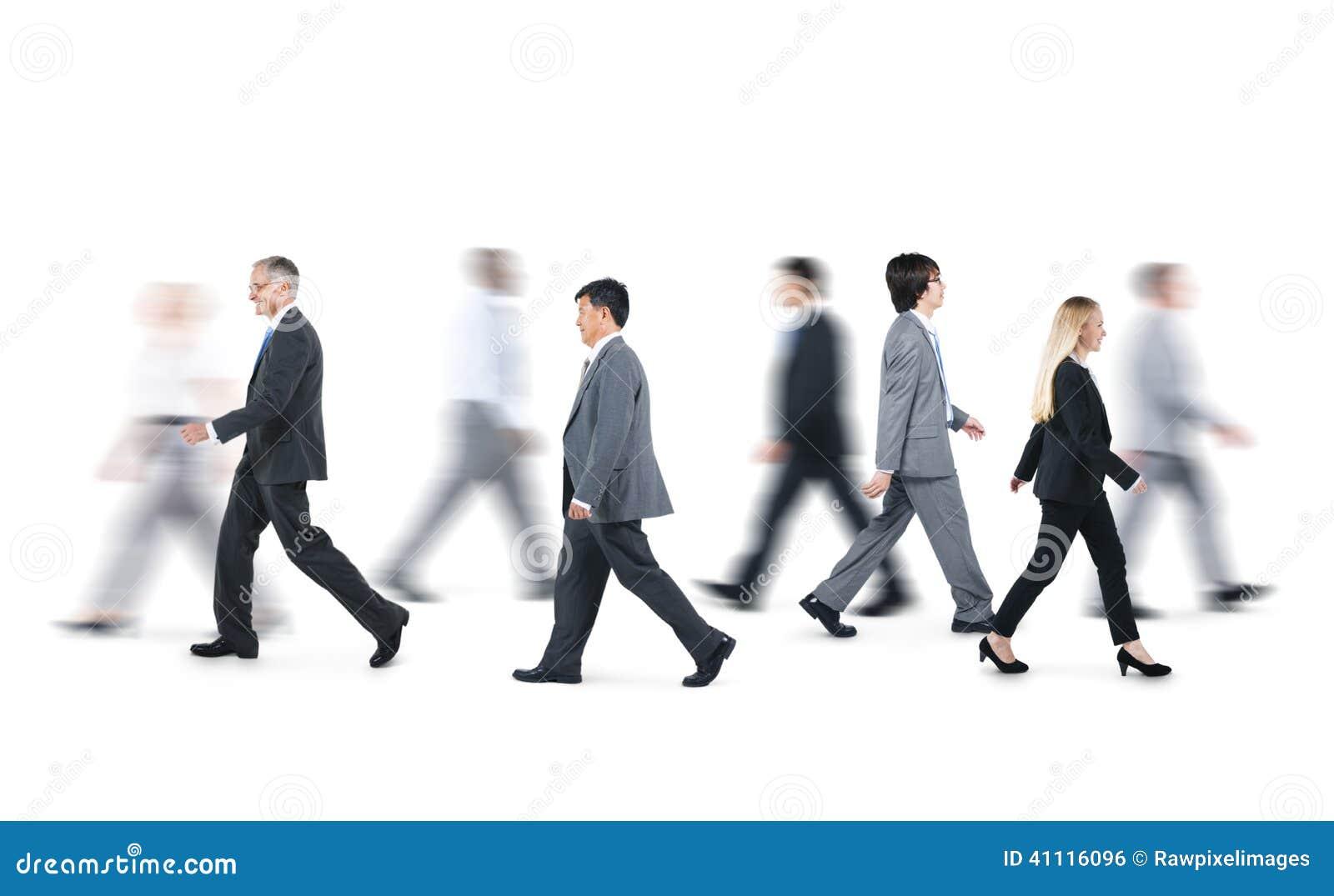 Ομάδα επιχειρηματιών που περπατούν στις διαφορετικές κατευθύνσεις