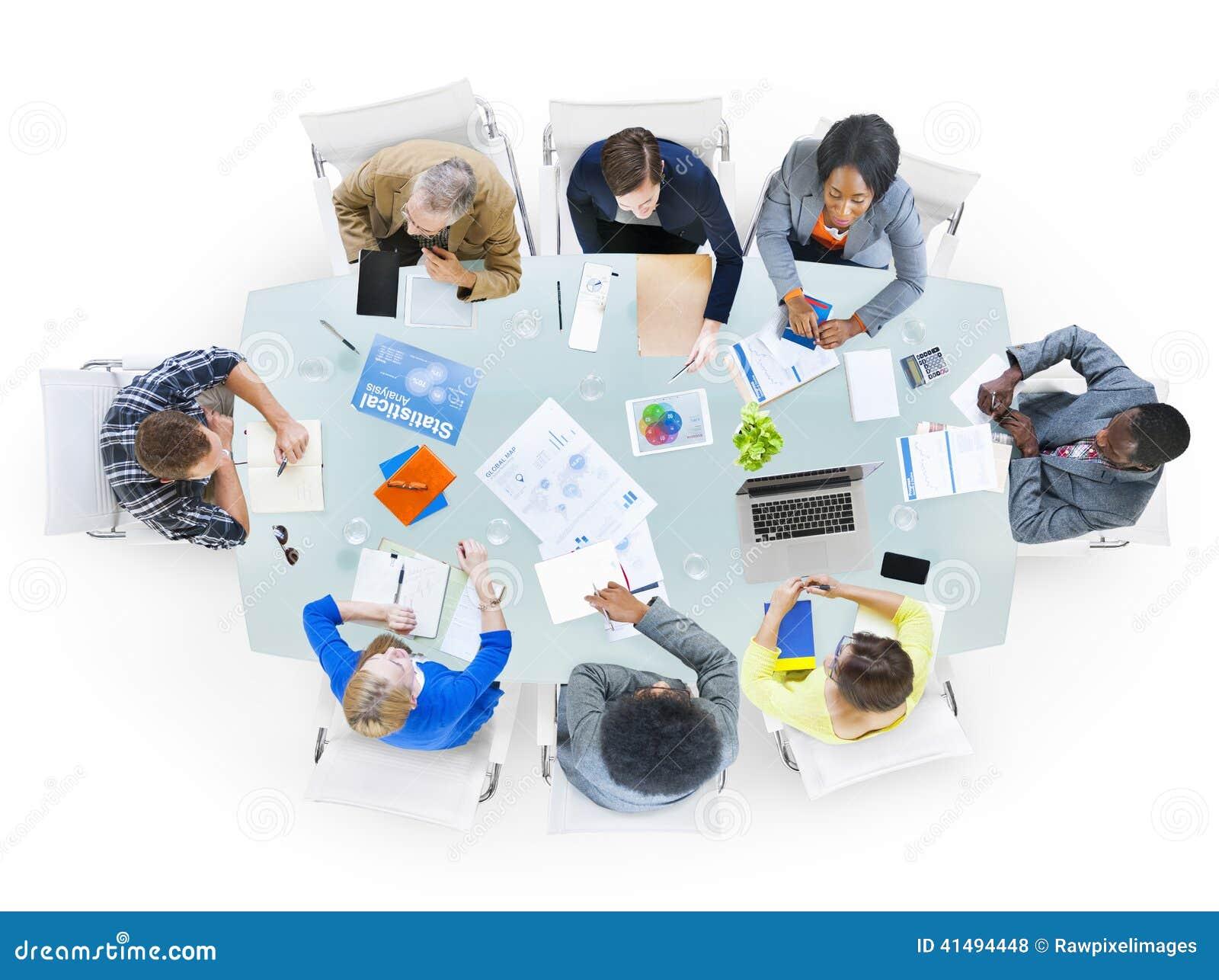 Ομάδα επιχειρηματιών που συζητούν τα επιχειρησιακά ζητήματα