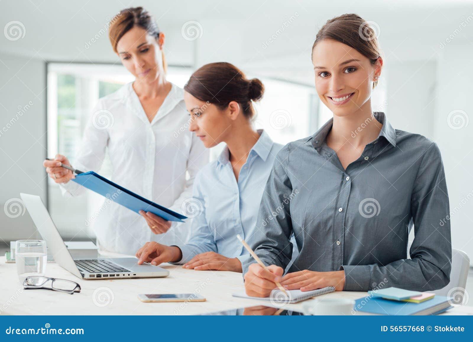 Download Ομάδα επιχειρησιακών γυναικών που εργάζεται στο γραφείο Στοκ Εικόνες - εικόνα από διευθυντής, lap: 56557668