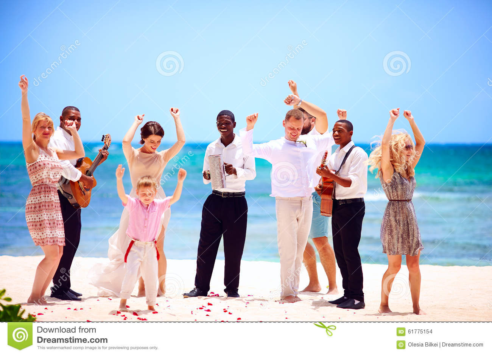 Ομάδα ευτυχούς οικογένειας στον εορτασμό ο εξωτικός γάμος με τους μουσικούς, στην τροπική παραλία