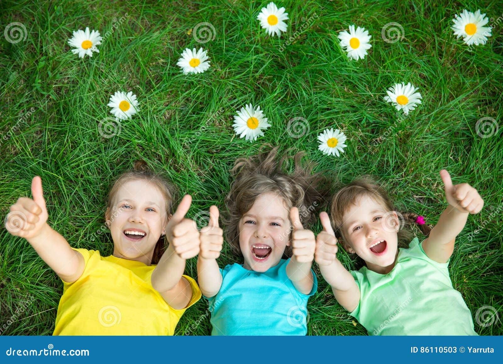 Ομάδα ευτυχών παιδιών που παίζουν υπαίθρια