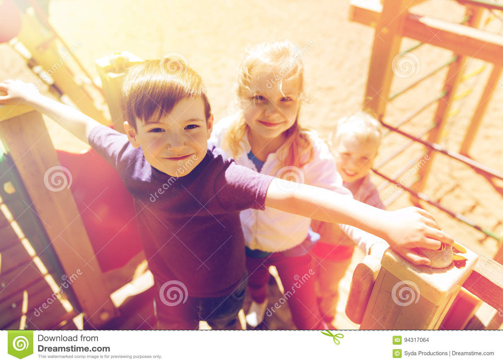Ομάδα ευτυχών παιδιών στην παιδική χαρά παιδιών