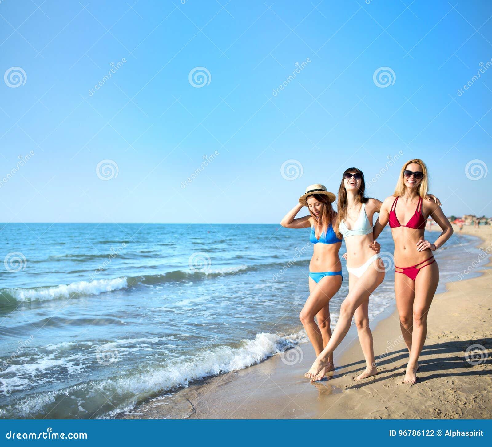 Ομάδα ευτυχών φίλων που έχουν τη διασκέδαση στην ωκεάνια παραλία