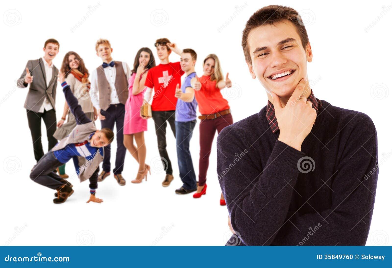 Ομάδα ελκυστικών χαμογελώντας νέων