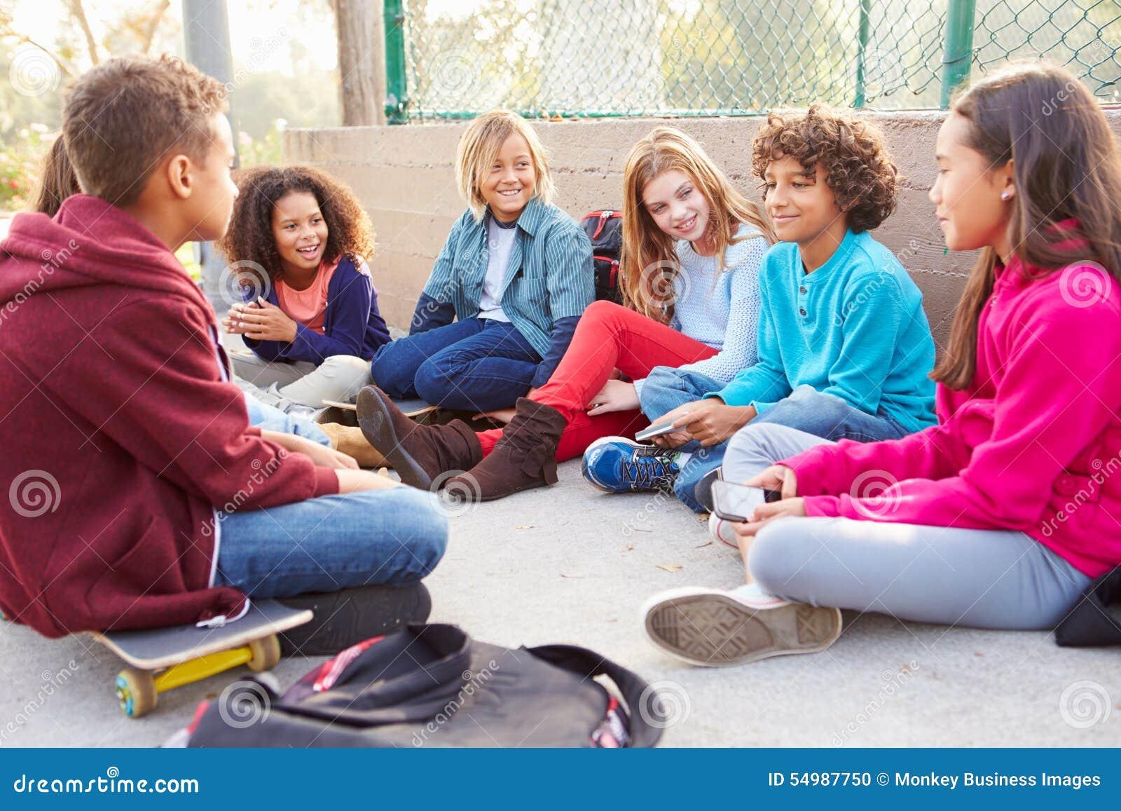 Ομάδα μικρών παιδιών που κρεμούν έξω στην παιδική χαρά