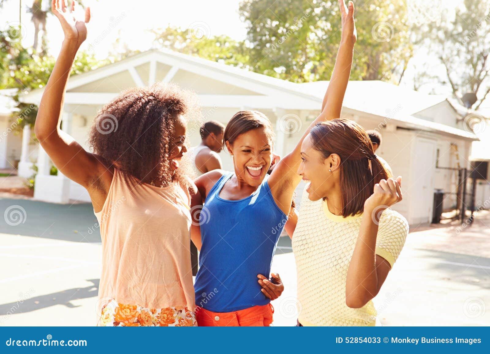 Ομάδα νέων γυναικών ενθαρρυντικών στην αντιστοιχία καλαθοσφαίρισης