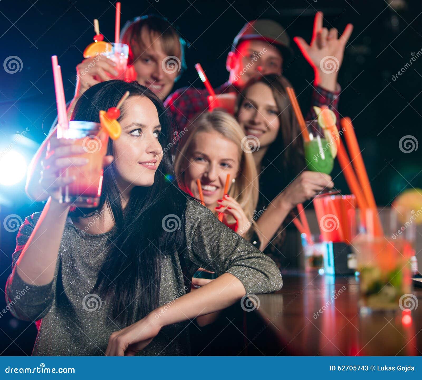 Ομάδα νέων που έχουν τον εορτασμό κομμάτων