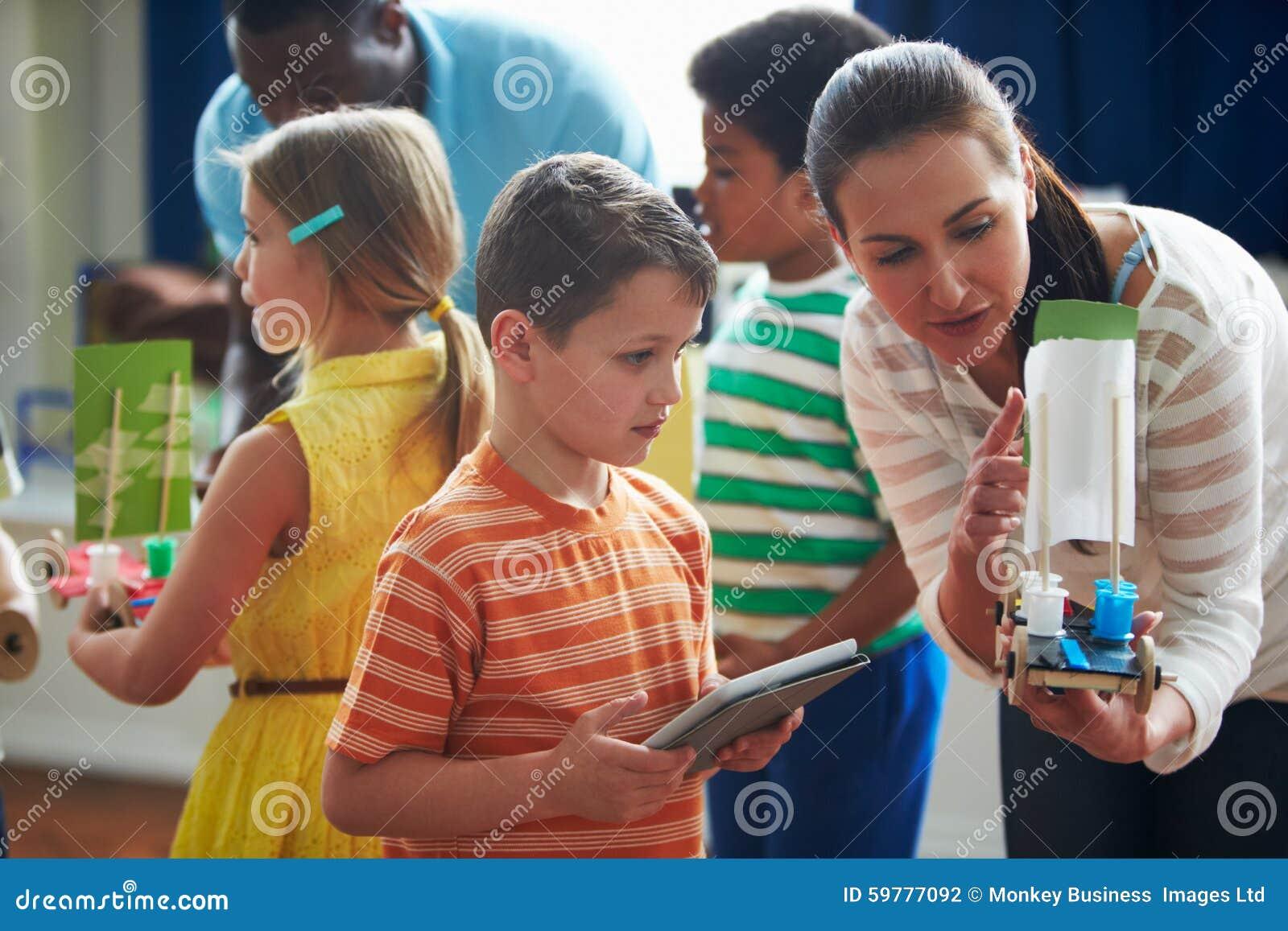 Ομάδα παιδιών που πραγματοποιούν το πείραμα στην κατηγορία επιστήμης