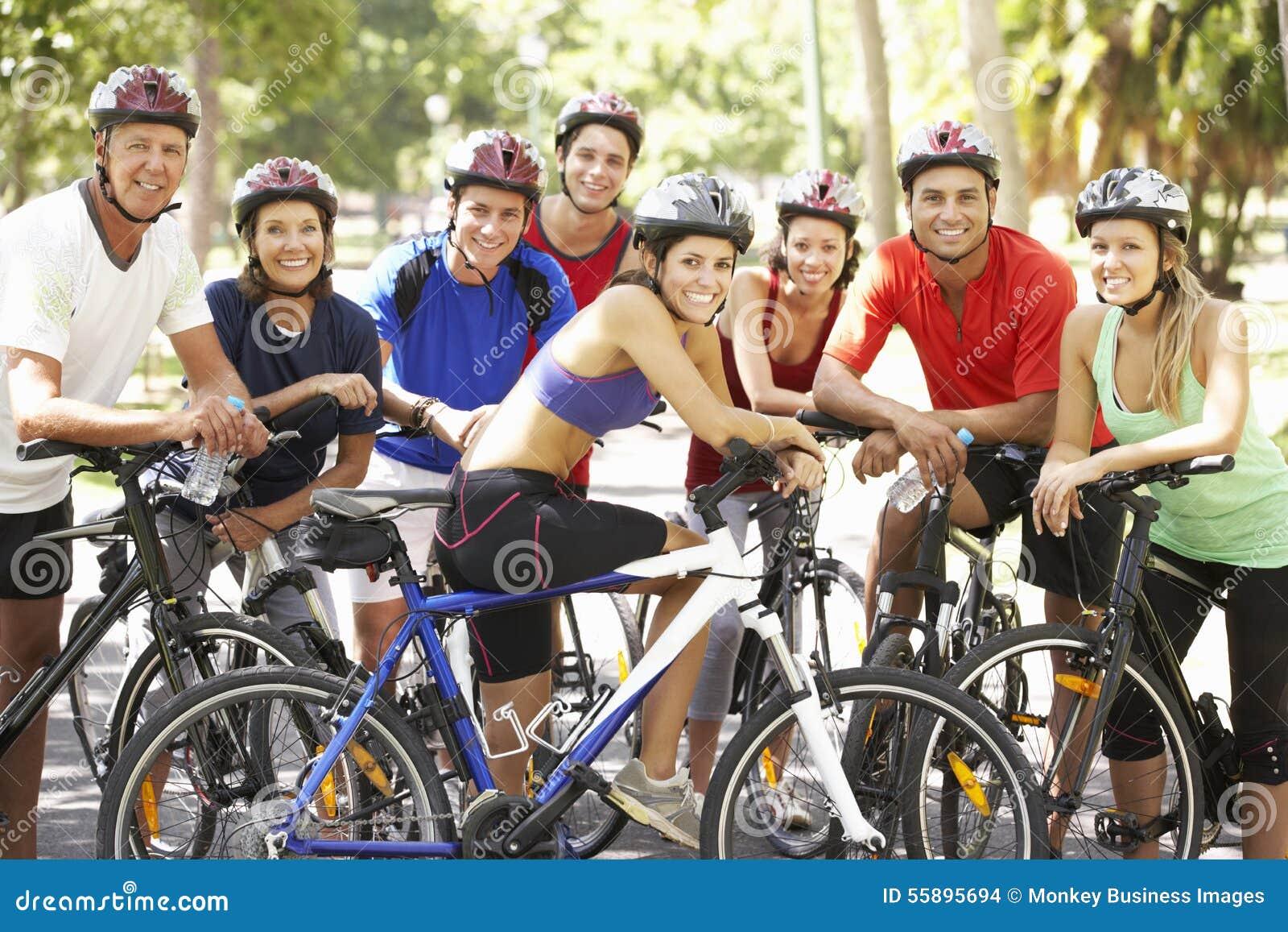 Ομάδα ποδηλατών που στηρίζονται κατά τη διάρκεια του γύρου κύκλων μέσω του πάρκου