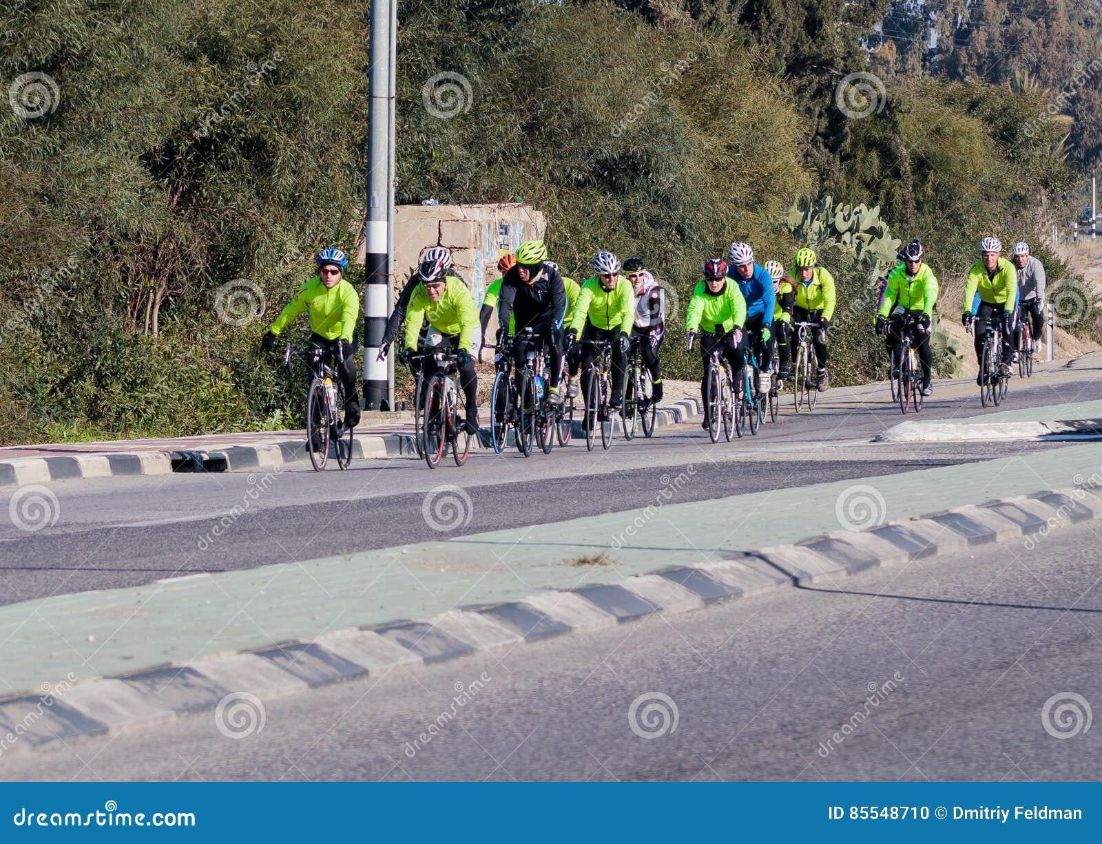 Ομάδα ποδηλατών στα τραίνα χειμερινού πρωινού στο intercity δρόμο