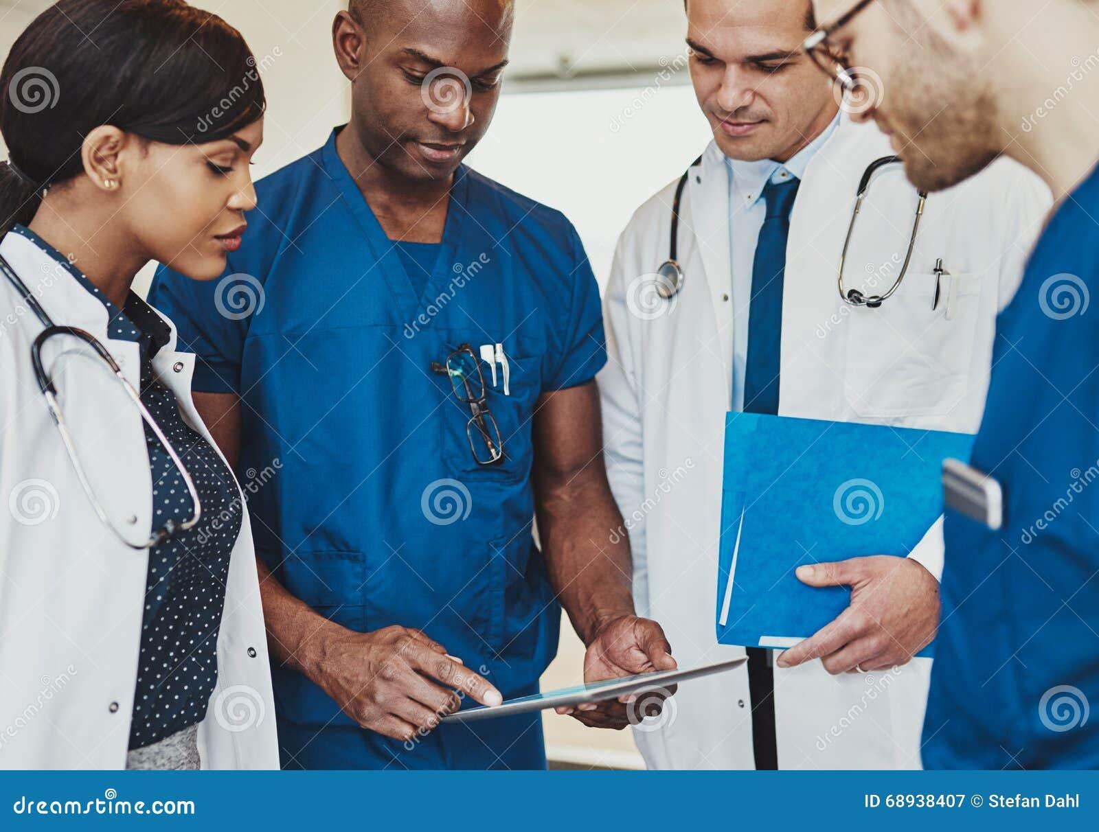 Ομάδα πολυφυλετικών γιατρών