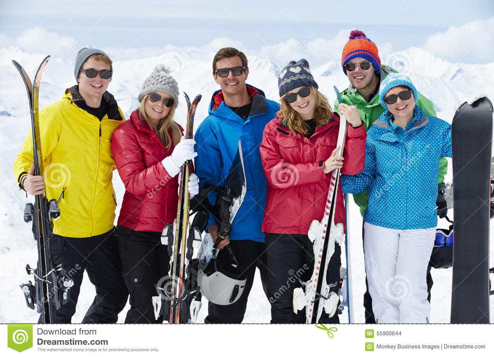 Ομάδα φίλων που έχουν τη διασκέδαση στις διακοπές σκι στα βουνά