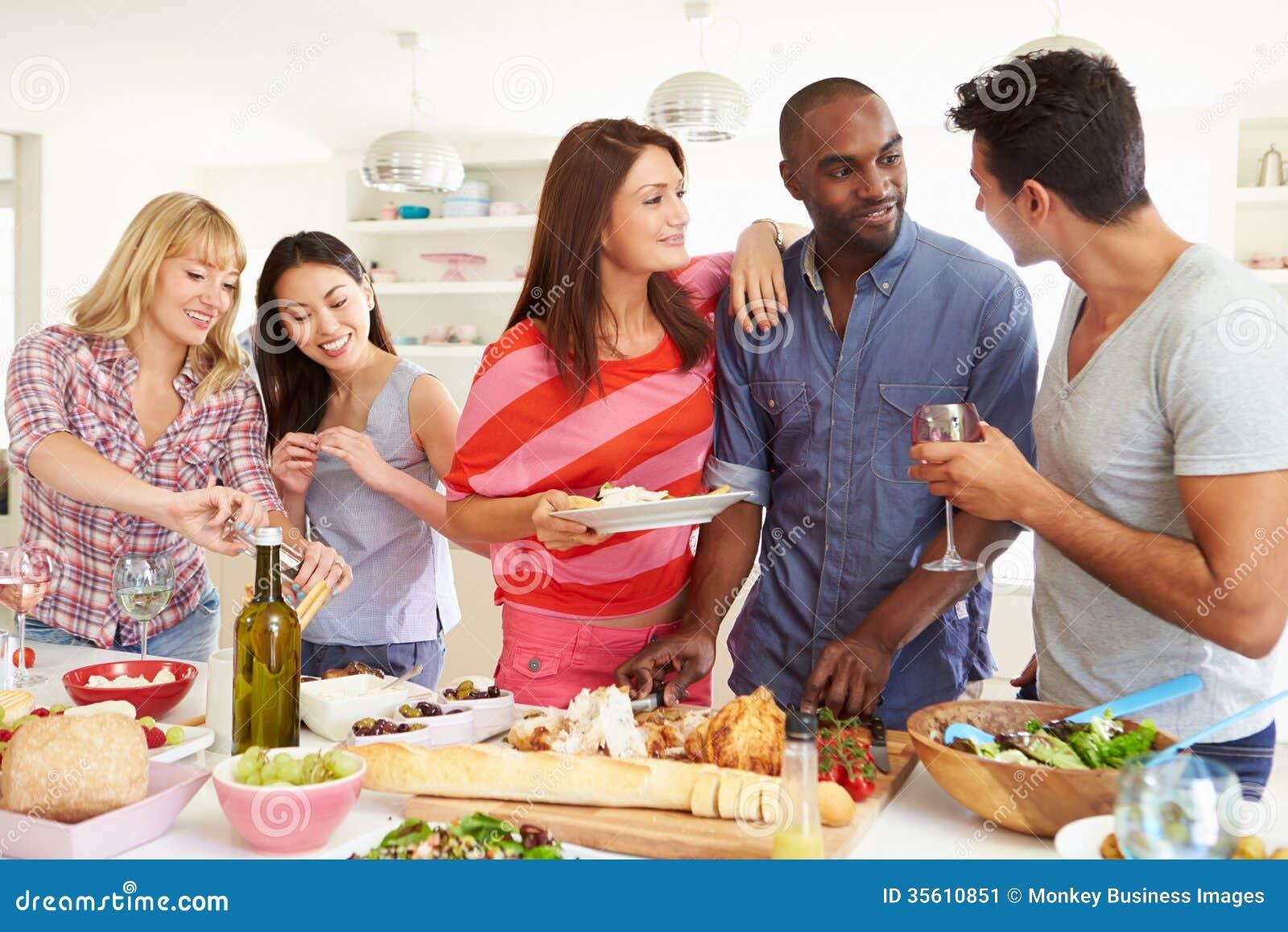 Ομάδα φίλων που έχουν το κόμμα γευμάτων στο σπίτι