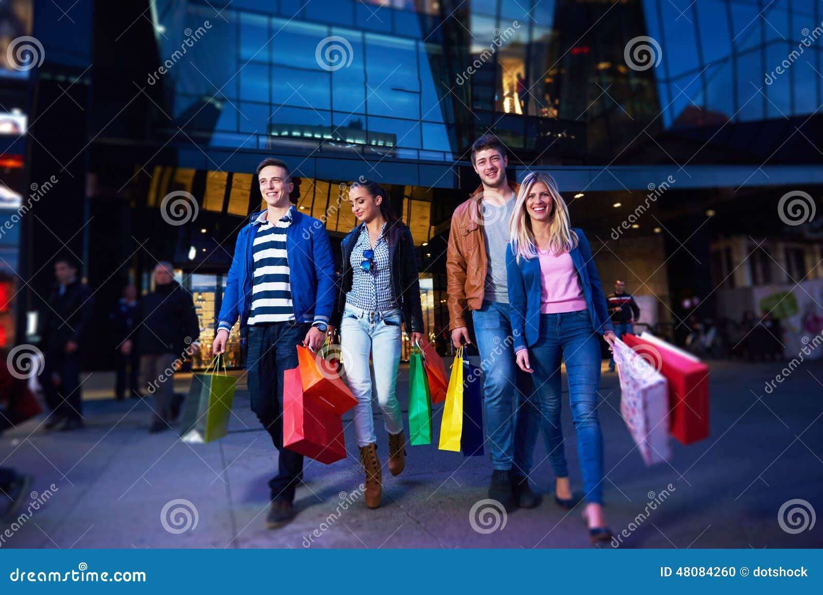 Ομάδα φίλων που απολαμβάνουν τις αγορές