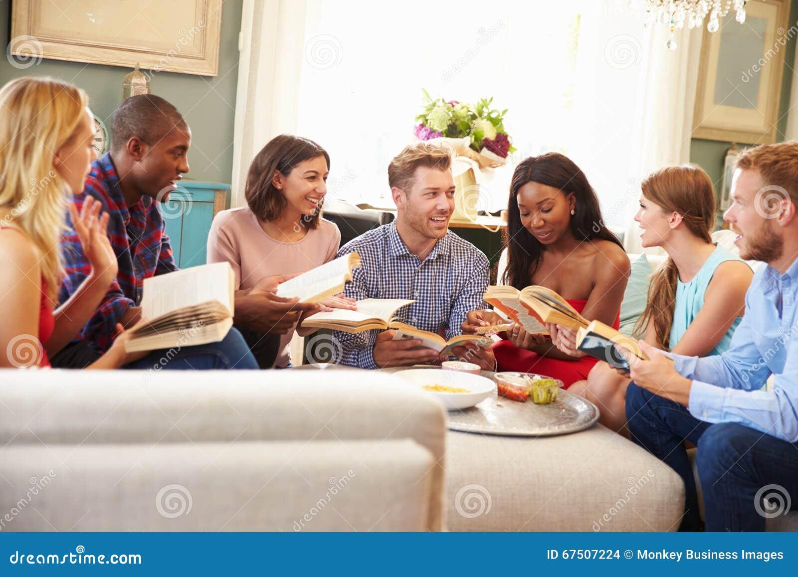 Ομάδα φίλων που συμμετέχουν στη λέσχη βιβλίων στο σπίτι
