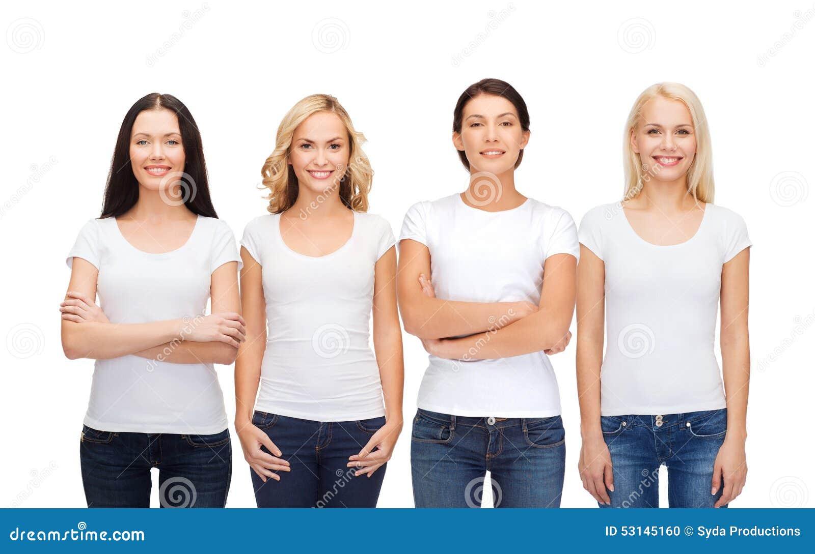 Ομάδα χαμογελώντας γυναικών στις κενές άσπρες μπλούζες