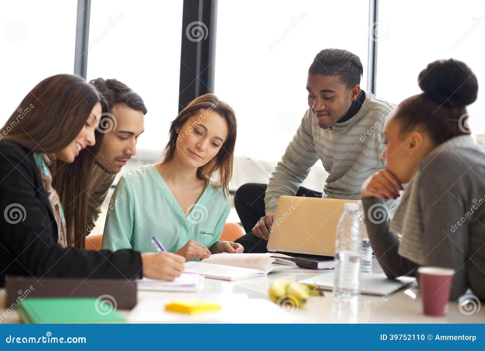Ομάδα Multiethnic νέων που μελετούν από κοινού