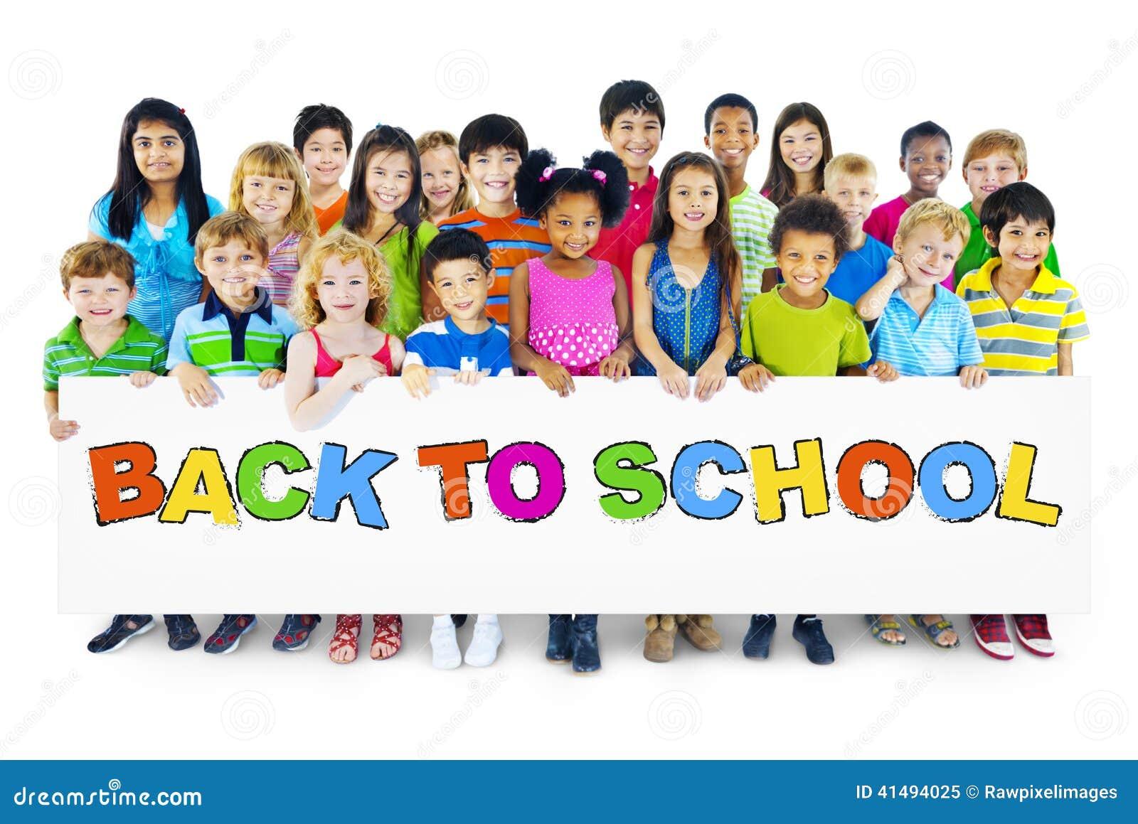 Ομάδα Multiethnic παιδιών με πίσω στη σχολική αφίσσα