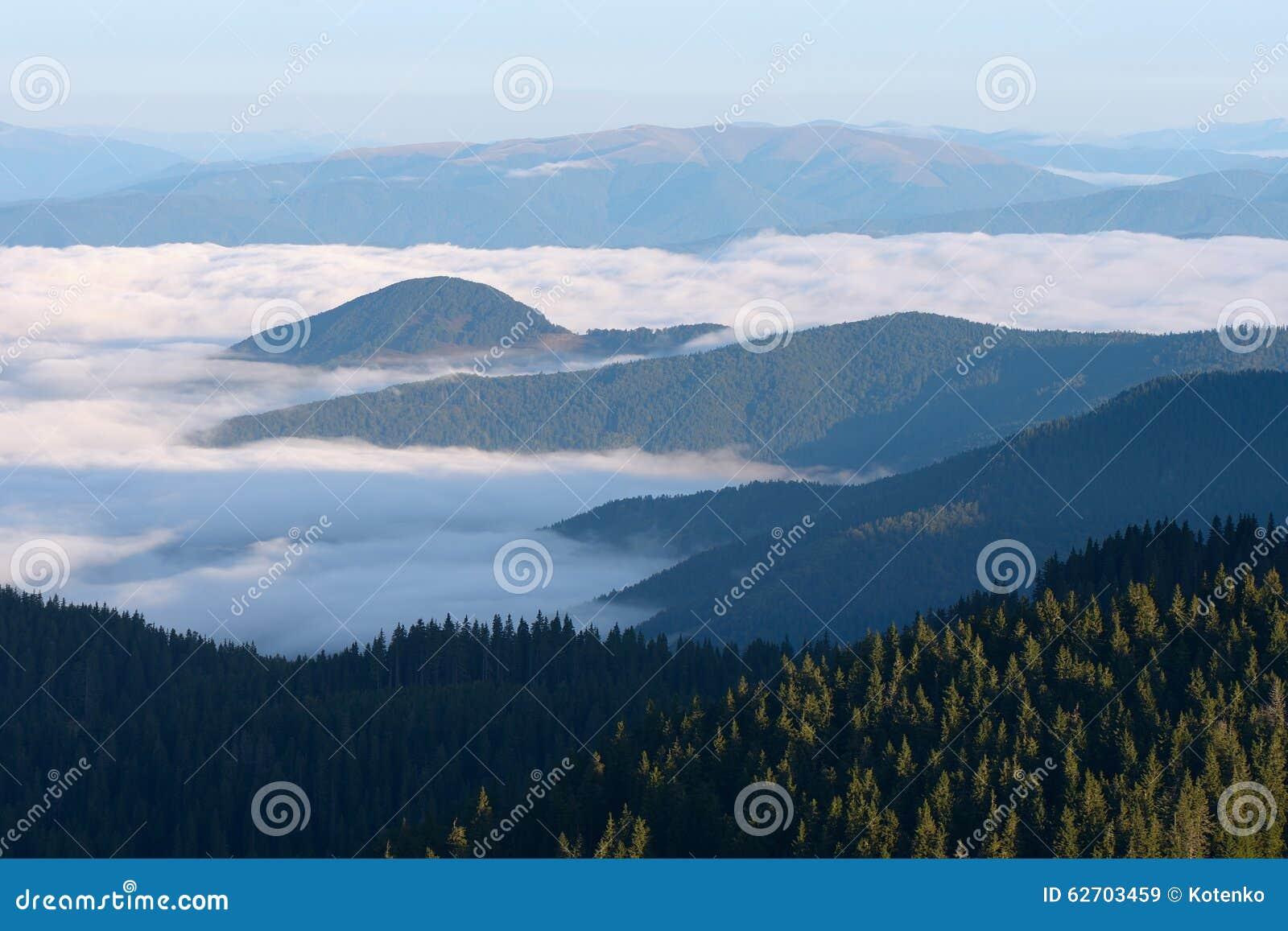 Ομίχλη πρωινού στα βουνά