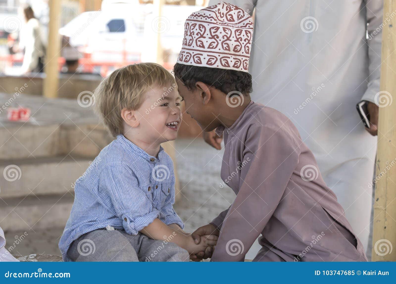 Ομανικό αγόρι που κάνει τους φίλους με το ευρωπαϊκό αγόρι