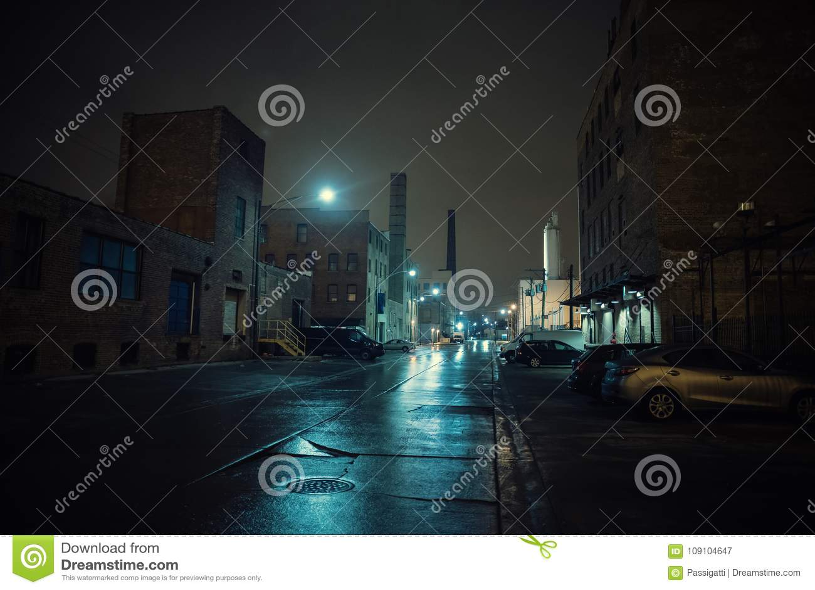 Ομιχλώδες βιομηχανικό αστικό τοπίο νύχτας πόλεων οδών