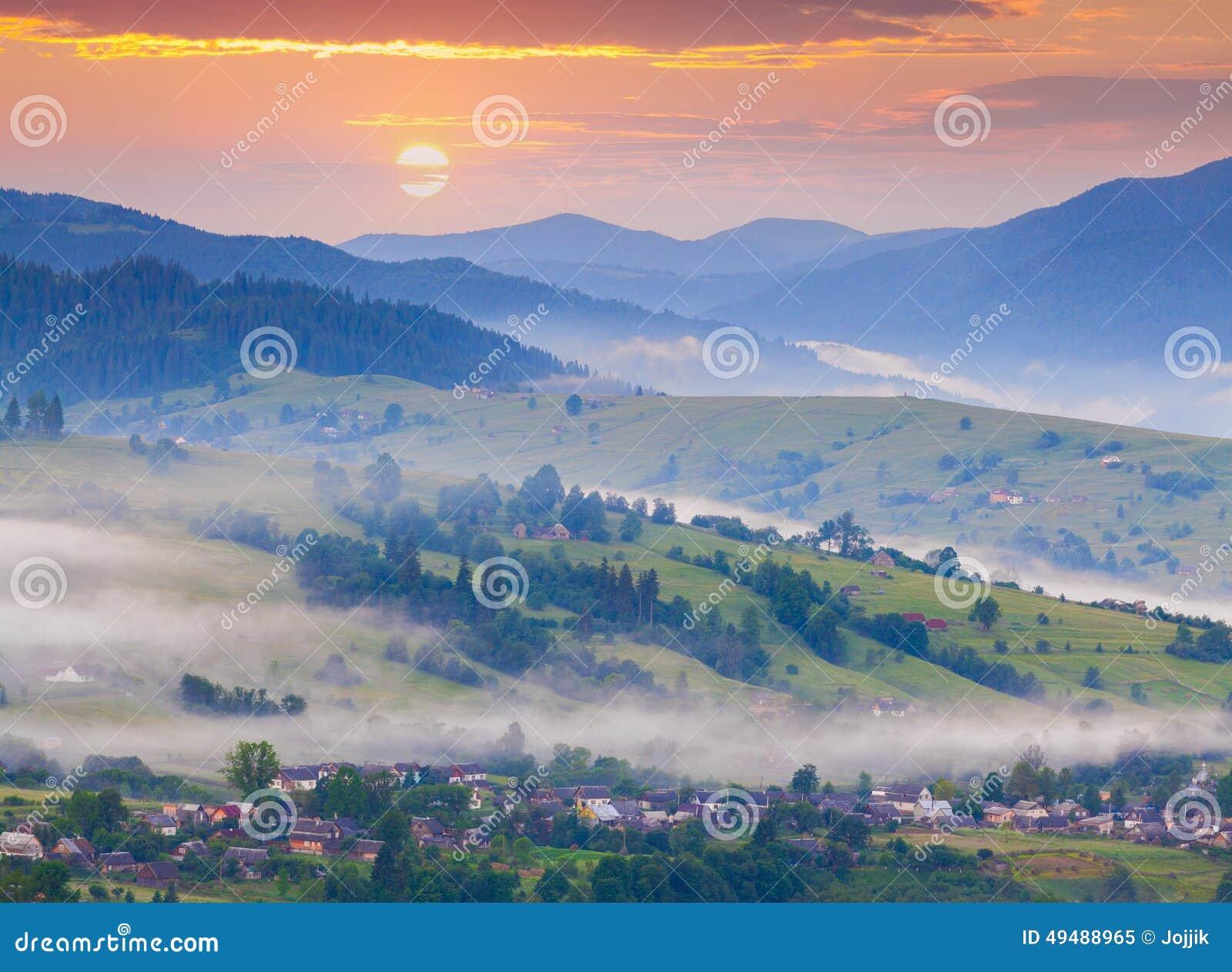 Ομιχλώδες θερινό πρωί στο ορεινό χωριό