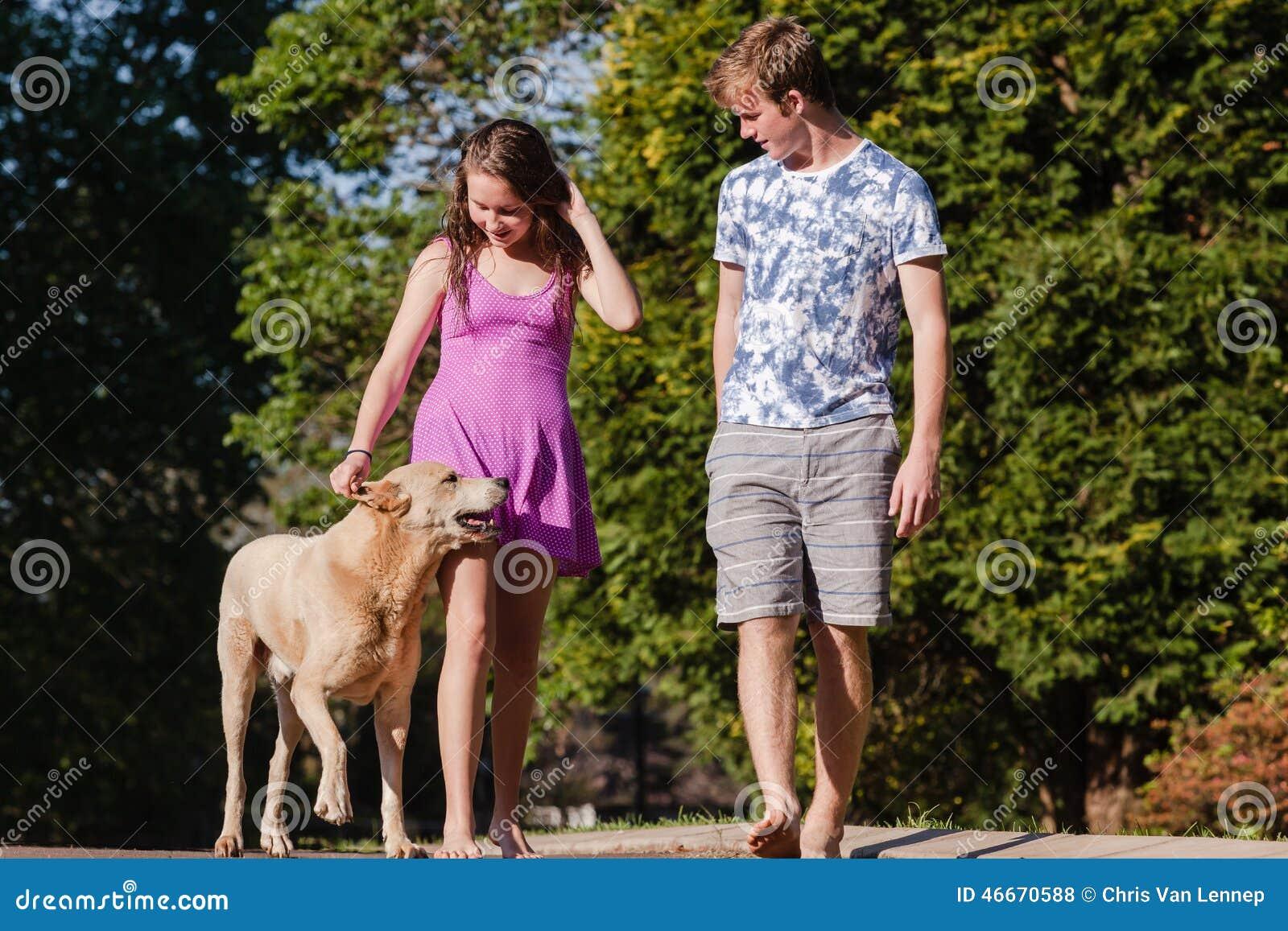Ομιλούν σκυλί περπατήματος κοριτσιών αγοριών